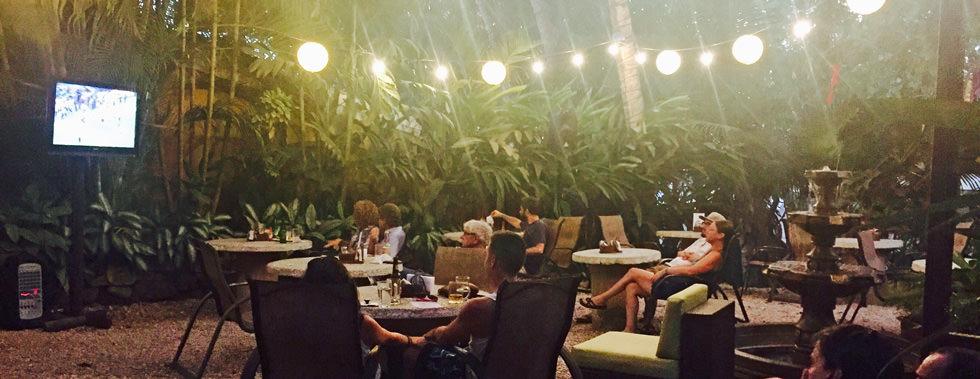 Noche de película en Sano Banano: Relájese y disfrute de su bebida tropical favorita, licuado, café ... ¡Bar completo!